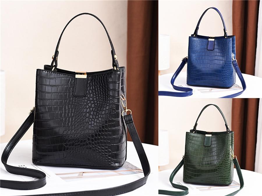 Le Nouveau 2020 Baby Blue Half Underarm Pack Bag épais chaîne Motif Crocodile Sac Baguettes épaule en cuir Tide Niche # 231