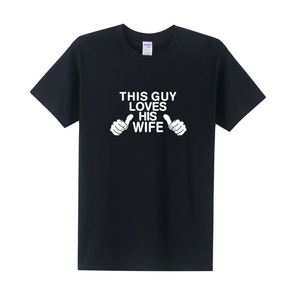 Свадебные подарки Этот парень любит свою жену футболку мужчин с коротким рукавом Хлопок O-Neck T-Shirt Прохладный Печать Мужчины тройники Tops