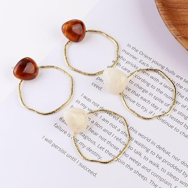Regalo Marrone / Beige Colore Big rotonda di metallo orecchini oro d'avanguardia cerchio di colore orecchini di goccia in resina geometrica orecchini per le donne