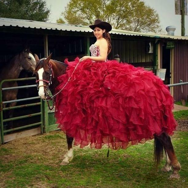 Pırıltılı Boncuklu Kırmızı Quinceanera Modelleri Abiye Sweetheart Boyun Ruffles Prom Akşam Giyim Yarışması Vestido De 15 Anos Ucuz Trenler