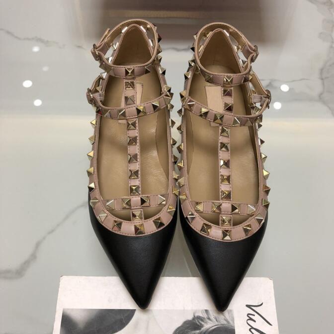 2019 Nova V Rebites aguçado-dedo do pé de couro liso estilete Mulheres sandálias 2 cintas sandálias Patente Mulheres sapatas lisas sapatos de casamento CS07
