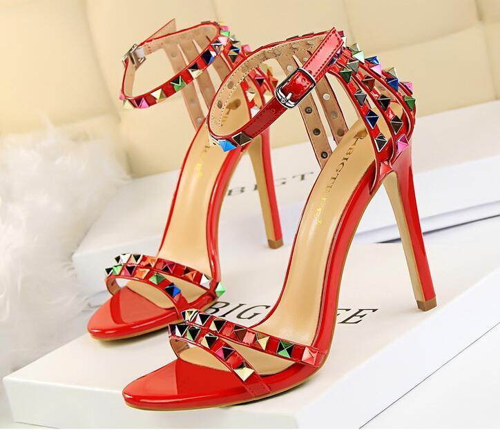 kutu kadınlar tasarımcı sandalet renkli perçinler strappy seksi yüksek topuklu altın gümüş Beyaz fotoğraf artı boyutu 34- -40 kırmızı dar