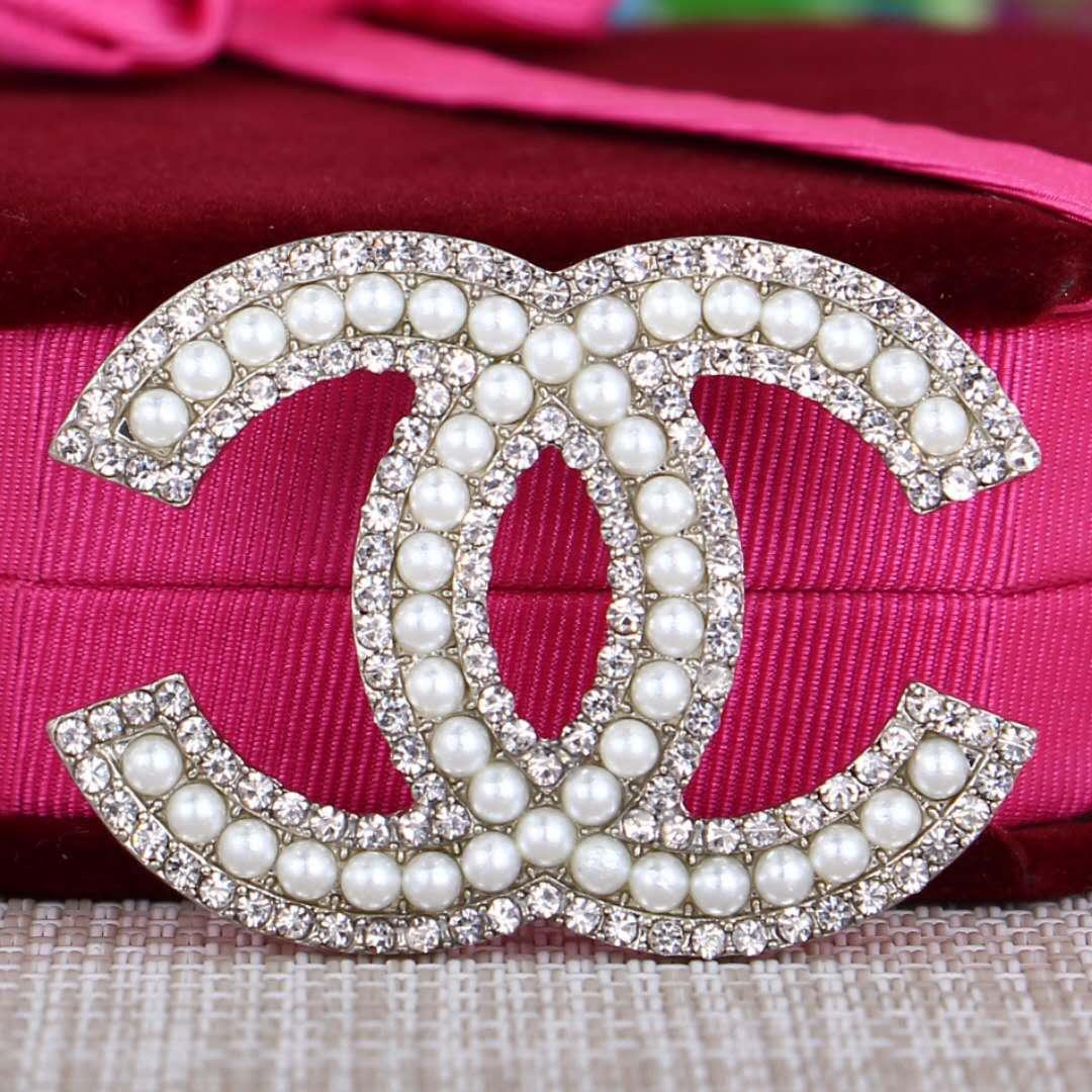 Nuevo alfabeto coreano broche de diamantes de imitación temperamento salvaje ramillete de perlas pin hembra en forma de adornos de Navidad 018