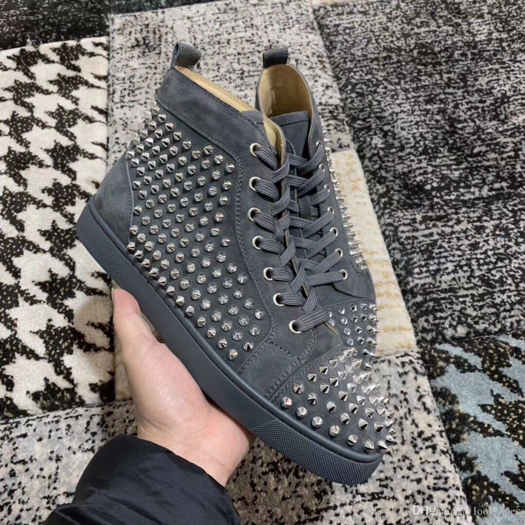 Élégant Designer gris en cuir suédé avec Spikes Red Bottom Chaussures Sneaker pour Femmes, Hommes Goujons Casual Luxe Marche Rouge Sole Loisirs Flats