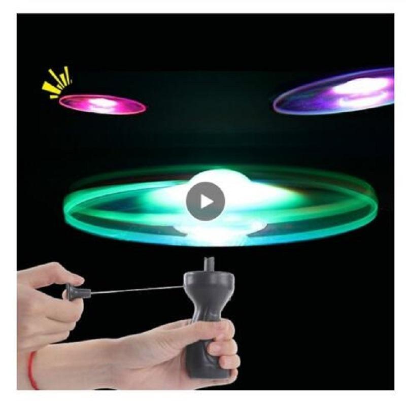 Komik iplik el ilanı aydınlık uçan disk tabağı UFO led ışık kolu flaş uçan oyuncaklar çocuklar için açık oyunu renk rastgele