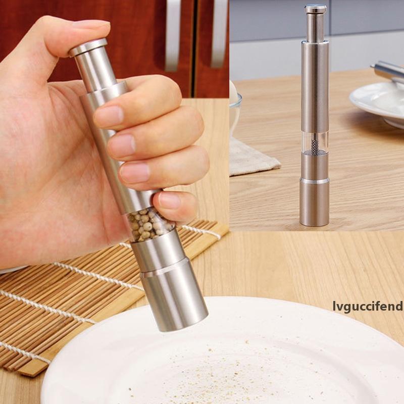 Acero inoxidable Pepper Grinder pulgar empuje Sal Pimienta Grinder portátil Manual de salsa de pimienta Molino de la especia de máquina amoladora herramienta de la cocina BH1985 ZX
