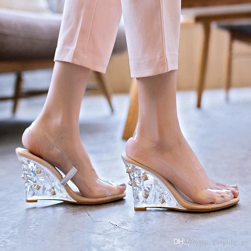 Meilleures ventes 2019 PVC transparent femmes Chaussures talons wedge cristal clair rivets et talons cloutés cristal dames Sandales d'été