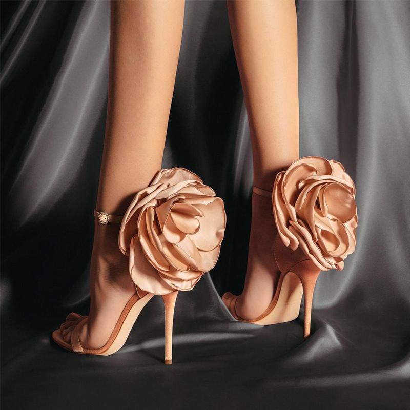 Hebilla de correa de los tacones altos de la flor del abrigo de las mujeres sandalias de banda estrecha partido boda del verano Bombas de satén elegante de las señoras zapatos de cuero