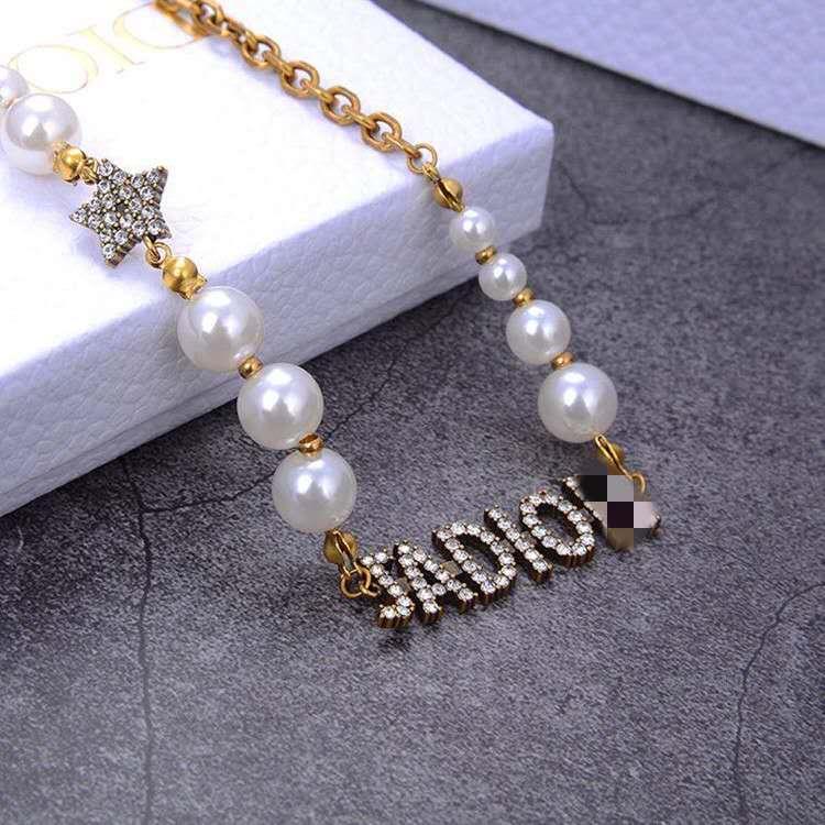 D Accueil / Di Accueil 2020 Nouveau JA Lettre Full Diamond Collier Femme européenne et version haute American Retro tendance perle Clavicule chaîne