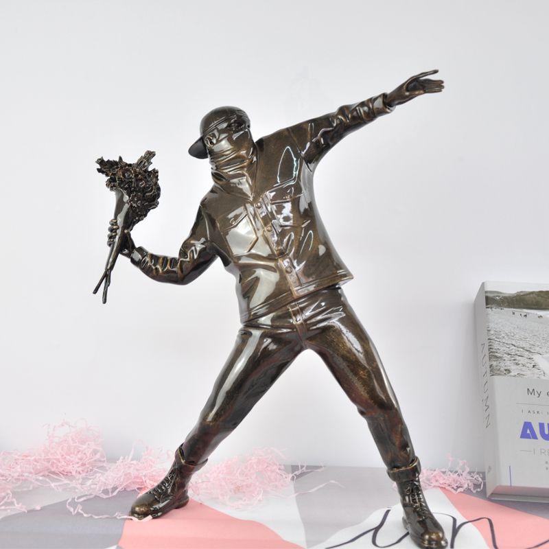 Banksy Gettare Fiore Boy Scultura Art deco decorazione secchio di ferro angelo di lusso Ragazza dell'aerostato in resina box regalo materiale figure fatte a mano