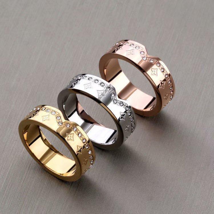Europa Amerika heißer Verkaufs-Dame Women Titanium Stahl Gravierte vier Blatt-Blumen-Einstellungen Diamant V Brief 18K Goldringe US6-US9
