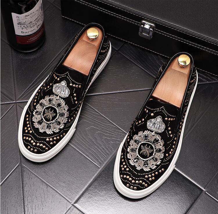 2021 Новый люкс одуванчика Шипы Flat Заклепки Кожаная обувь Мужская мода вышивка Loafer модельная обувь Курение Слиппер Повседневный обуви