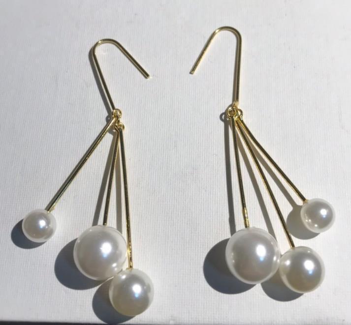 De nouvelles boucles d'oreilles en perle simples