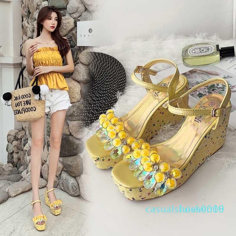 2020 Fashion Women Sandals Decor flor aberta Toe Cunhas saltos altos tornozelo Buckle Strap vestido de verão das senhoras sandálias amarelas / Silver l16 c09