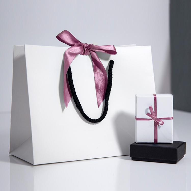 الصين الصانع الأبيض فاخر مطبوعة هدية مخصص للتسوق ورقة حقيبة مع الشعار الخاص بك