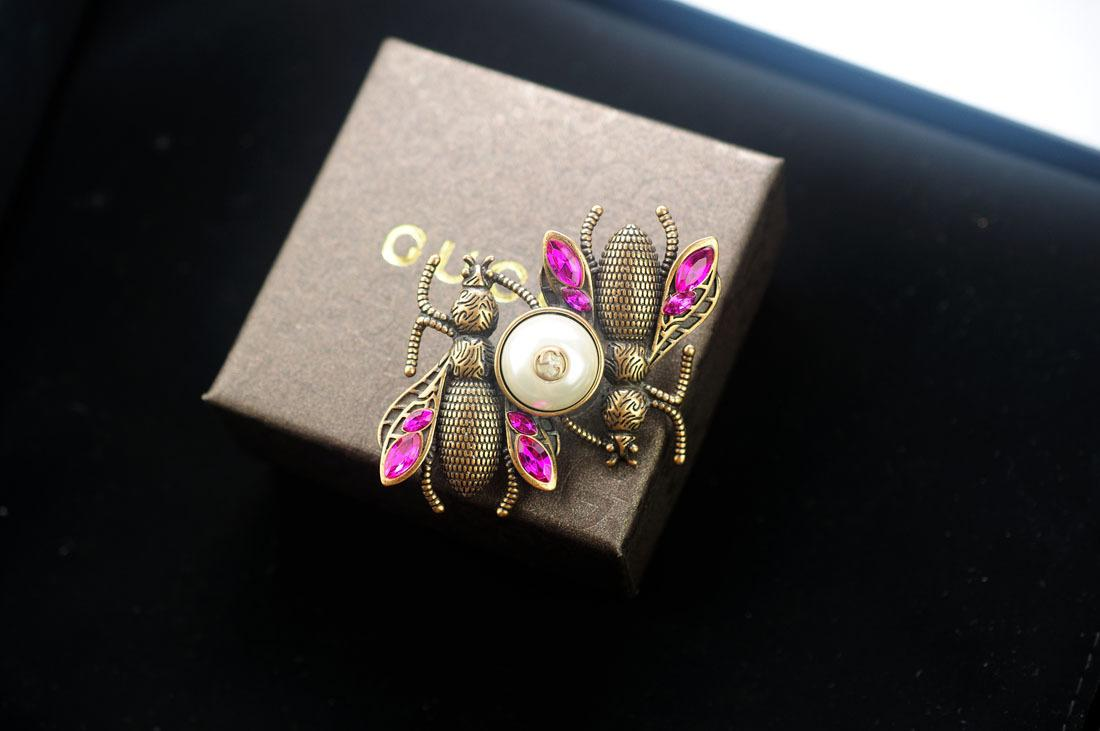 New Top Quality Celebrity design Luxury Letter Pearl diamond Brooch decorations Fashion Letter Bee Bow brooch Jewelry With Box