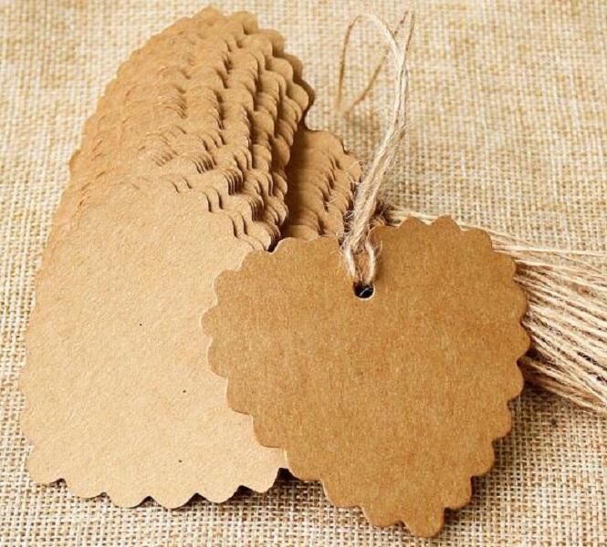 100 Pçs / lote 6 * 5,5 cm Etiqueta de coração Brown Kraft / Preto / Branco Papel Tags DIY Scallop Etiqueta de Casamento Decoração Tag