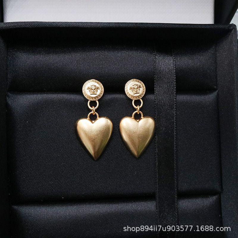 Estrella cabeza mismo estilo Mei Dusha Pendientes de cobre amarillo del corazón del amor de la mujer helado pequeña pendiente de la manera Volver