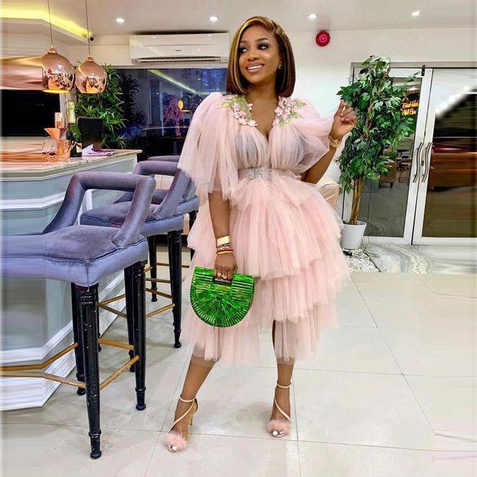 Blush Pink Tulle Cocktail Vestidos Party Capas Tierras Mangas Medias Mangas Vestido de Prom Africano Vestidos Negros Girls Plus Talla Tarde Vestido De Festa