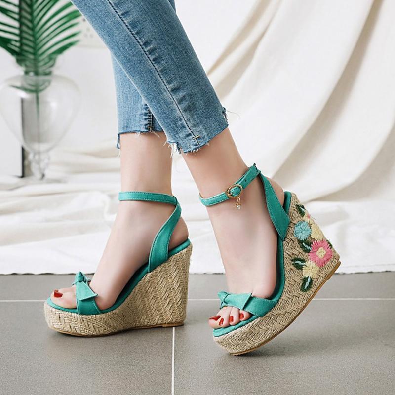 Damen Sandalen 2020 neue Sommer-Frauen-Schuhe Größe Art und Weise gestickte Bogen Slope Mit Blumen Thick Sandalen Y200620