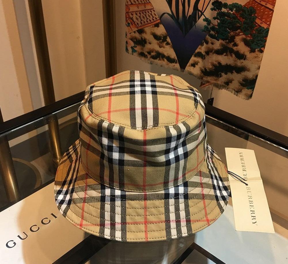 Par rapport à d'autres chapeaux, le style couple à la mode est facile à plier et à transporter, et les avant-toits modérés de modifier la forme du visage