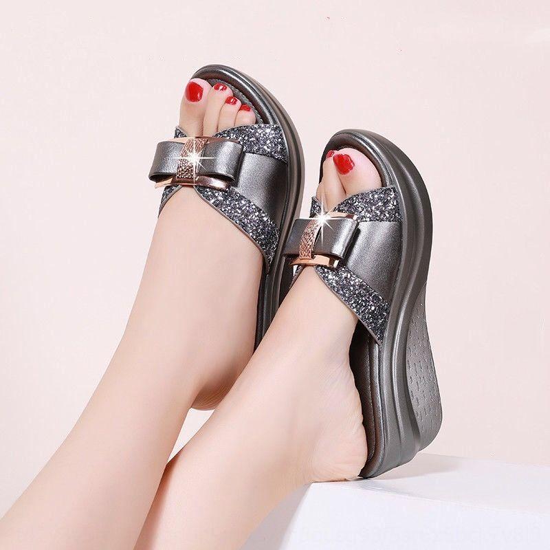 cunha e sandálias das mulheres sandálias de sola grossa sapatos cobertos de dedo do pé antiderrapante desgaste exterior moda moda 2020 Verão novo y meia-idade e idosos
