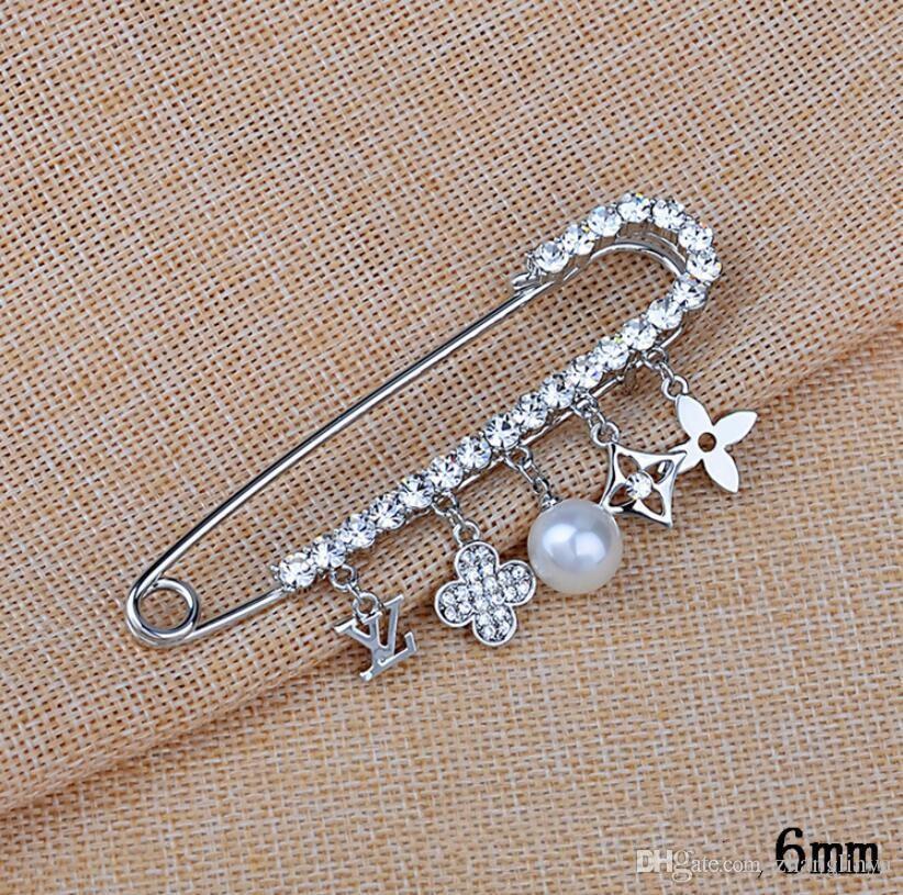 Heiße neue koreanische Brief Brosche weiblichen Pullover Mantel Brosche vierblättrige Kleeblatt Perle mit Pin Schal Zubehör Korea