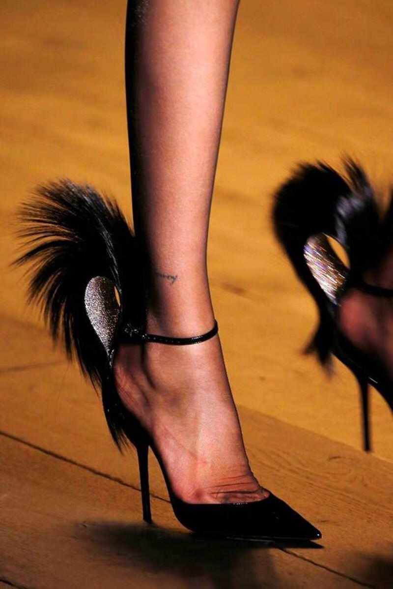 Sommerkleid Frauen neue Stilettos spitze Zehe Art und Weise Explosionen Feder Sandalen sexy Laufsteg all Spiele Schnallenschuhe Gladiator Fersen