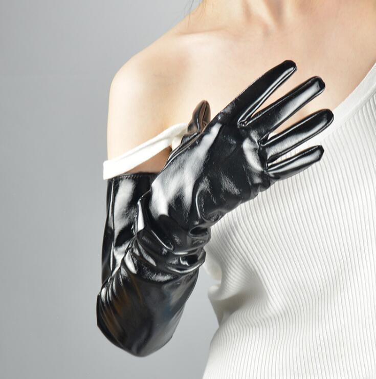 Frauen-Patent PU-Leder glänzend schwarze lange Handschuhe weibliche Runway Mode Leder treibende Handschuh 70cm TB859