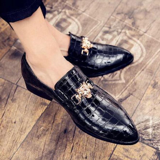 Мужчины платье итальянские кожаные туфли скользят по мужской моде кожа Мокасины Блеск Формальные Мужская обувь острым носом обувь для мужчин
