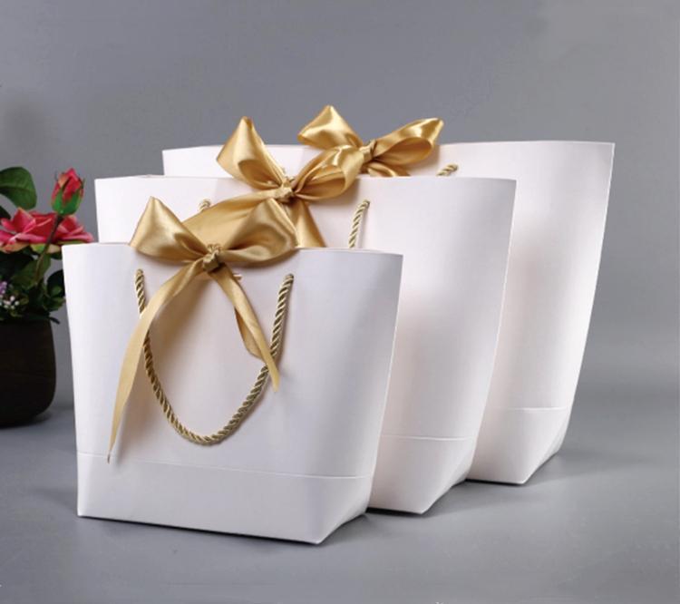 Scatola attuale dell'oro di grandi dimensioni per i vestiti dei pigiami libri dei vestiti imballaggio della maniglia dell'oro della maniglia di carta Borse del regalo della carta kraft con la decorazione delle maniglie