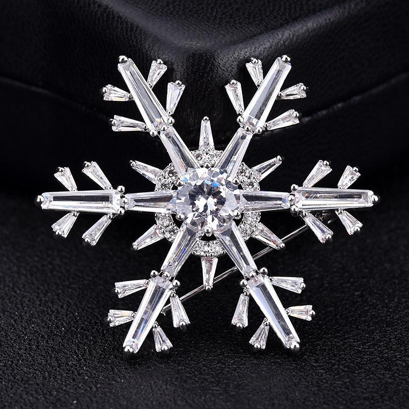 Neue Art und Weise Snowflake Broschen für Frauen Luxuxkristallglas Weihnachtsbrosche Süße Schnee Pin-Frau Schmuck Geschenk Broche femme bijoux