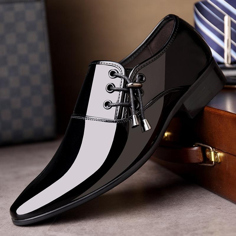 2020 Homens clássico Sapato de bico fino vestido sapatos Mens Deslizamento-na Patente couro sapatos Black casamento Mens Oxford formais