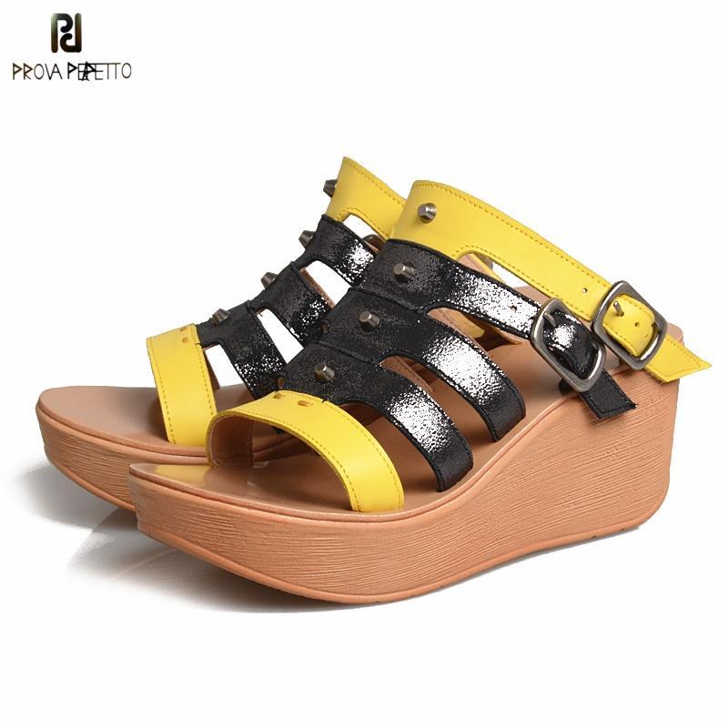 сексуальные сандалии Opentoe выдалбливают толстым дном Высокие платформы сандалии танкетке Приклепайте смешанного цвета натуральной кожи пряжки ремня тапочки