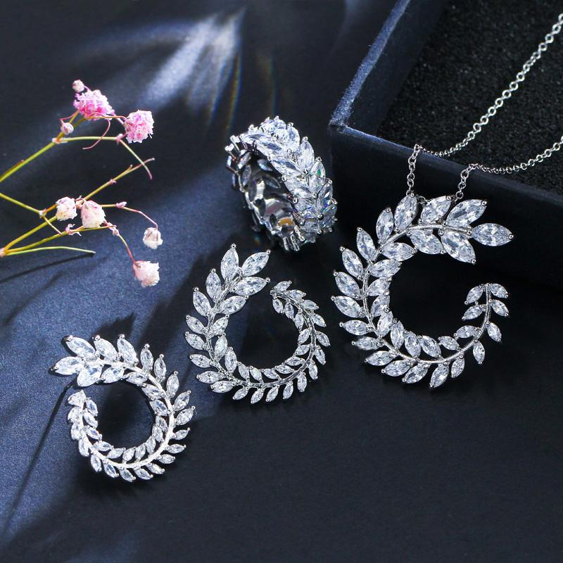 Dell'orecchino del braccialetto della collana di CZ Forma CWWZircons 4 Pz Foglia nuovo modo ed anello di set di gioielli di marca famosa Accessori da donna T011