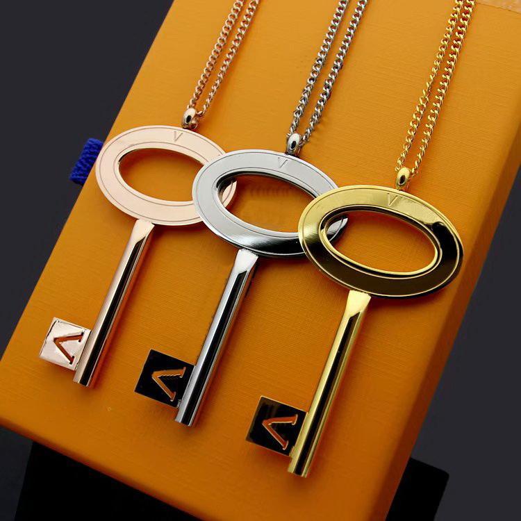 Europa Amerika-Art-Mann-Dame-Frauen Titan Stahl Liebhaber starke lange Halskette mit eingravierten V Brief-Schlüssel-Charme-Anhänger 3 Farbe