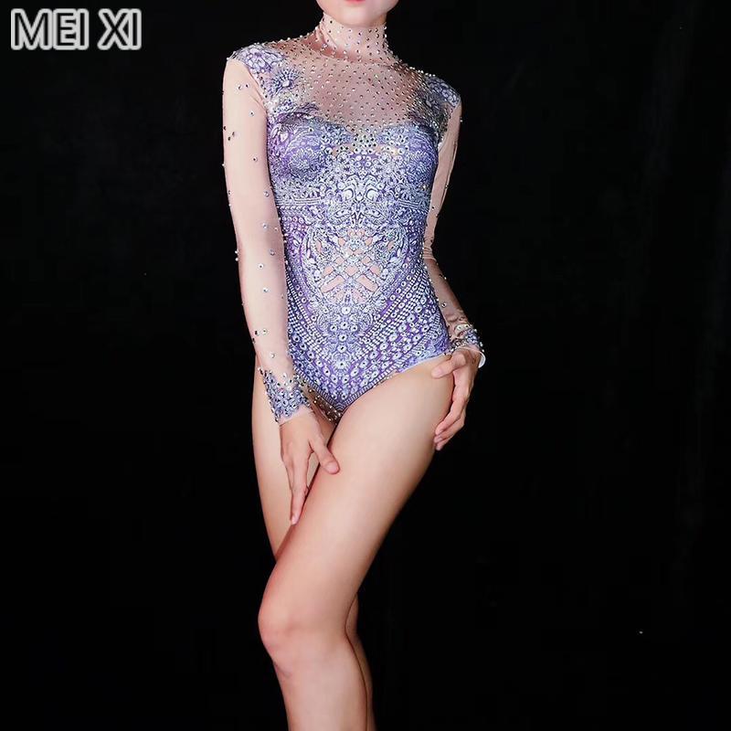 ambiente brillante púrpura pálida diamantes de imitación mono nightclub barra de concierto cantante DJ / bailarín