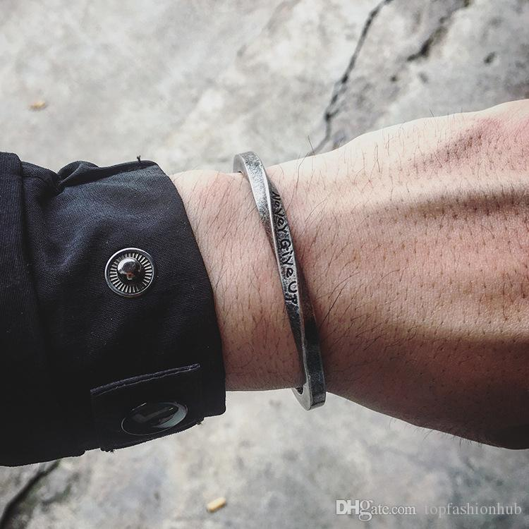 bracelet en titane torsadé en acier carré en Europe et en Amérique Spiral alphabet deux d'inspiration Bracelet ne jamais abandonner