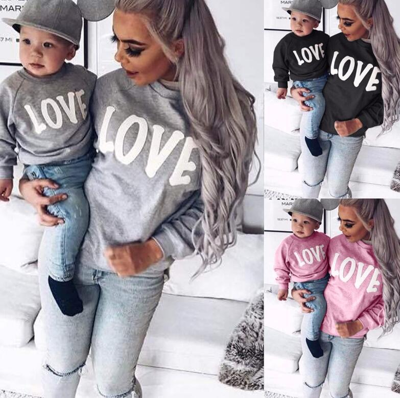 Kadınlar Çocuk Tasarımcı Mektupları Uzun Kollu T Shirt Yuvarlak Yaka Triko AŞK Aile Ebeveyn-çocuk Kıyafet Moda Casual Spor yazdır E81803 Tops