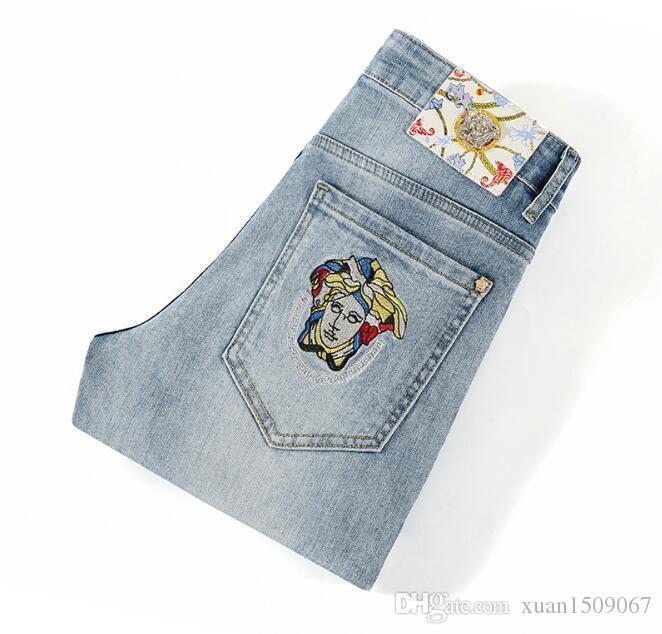 2020 Europa-Station Jeans der hellen Farbe beliebt Logo bestickt dünne Stretch kleine gerade Hosen für Männer im Frühjahr und Sommer