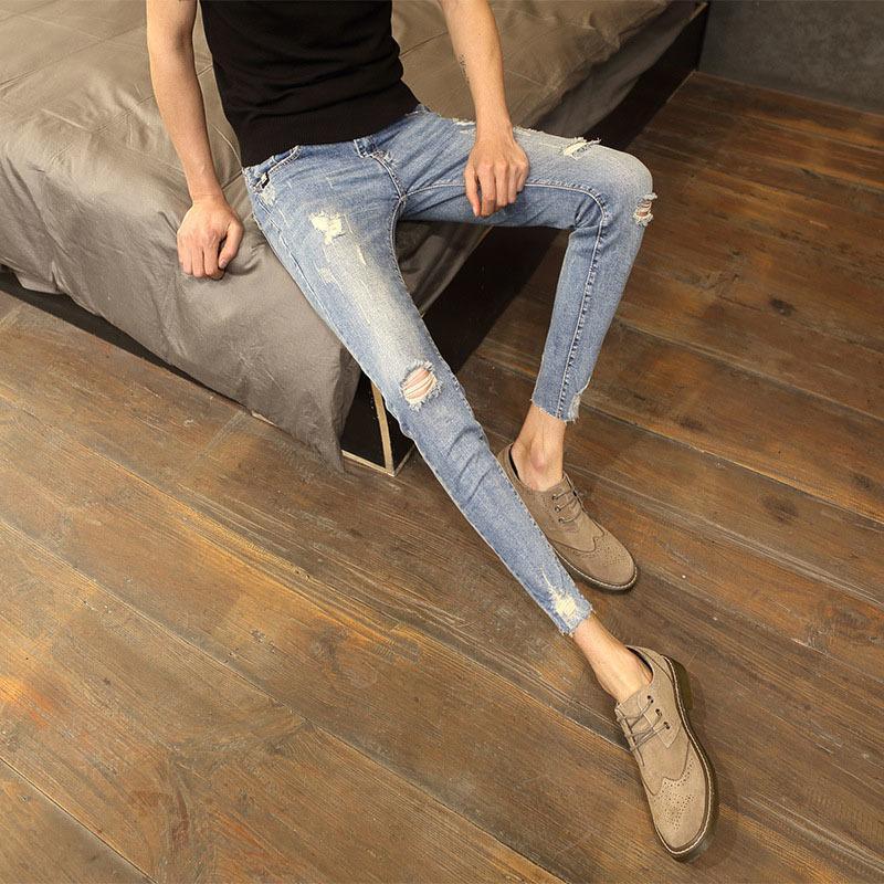 Горячие 2019 лета новые мужские джинсы рваные дыры свернувшись Корейский стрейч тонкие ноги молодежные брюки подростков студентов тощие джинсы мужчины T200827