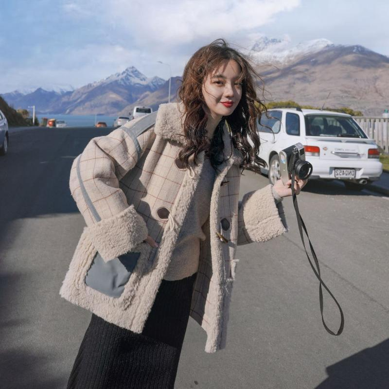 Mantas e verificações Cordeiro de lã casaco de mulheres casaco solto Outwear Feminino lã grossa jaqueta curta Overcoat lapela Coallar Com Pele