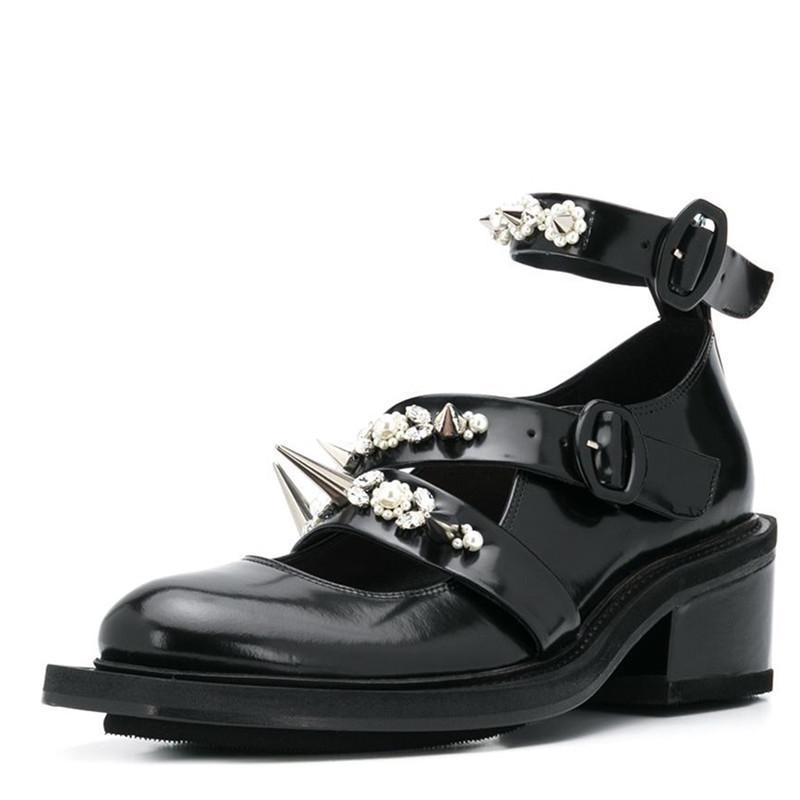 zapatos de diamantes de imitación Bucklestrap 2020 Estilo Punk Negro zapatos de las mujeres talones del cuero genuino metal del remache del perno prisionero de la moda bajo la roca mujer de los zapatos de cuero