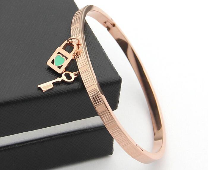 jóias em aço de titânio Europeu e versão americana da chave cabeça de bloqueio verde pulseira de gotejamento em forma de coração T 18K Rose Gold Plaid Bangle