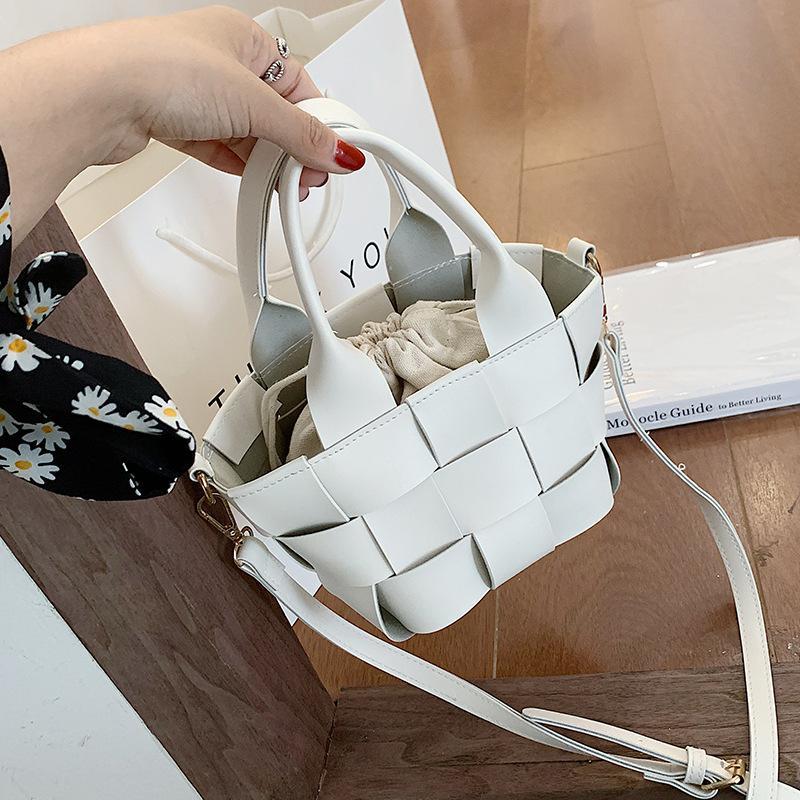 Чистая сумка знаменитостей мини тканые маленькие дамы все-матча сумка модный 2021 новый модный портативный портативный ведро WDXLC