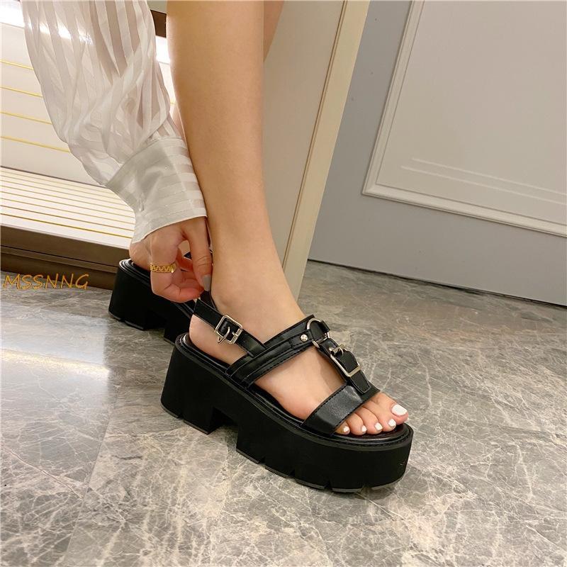 Sandálias das sandálias Decoração de metal 2020 Nova Mulheres do verão Sólido bracelete Ladiees Shoes Peep Toe cunhas grossas Mulheres de fundo