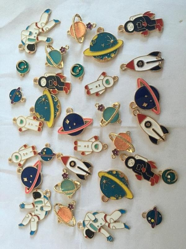 Mischarten Emaille-Charme Sterne Planet Astronaut Anhänger DIY Schmucksachen, die für Halskette Charm Armband Handmade Mithelfer x2a0 #