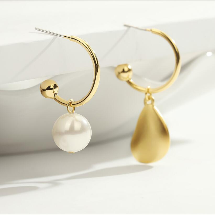 2020 Nuevo estilo de estilo europeo y estadounidense perla asimétrica y forma de gota de agua Pendientes de personalidad de moda de moda 040