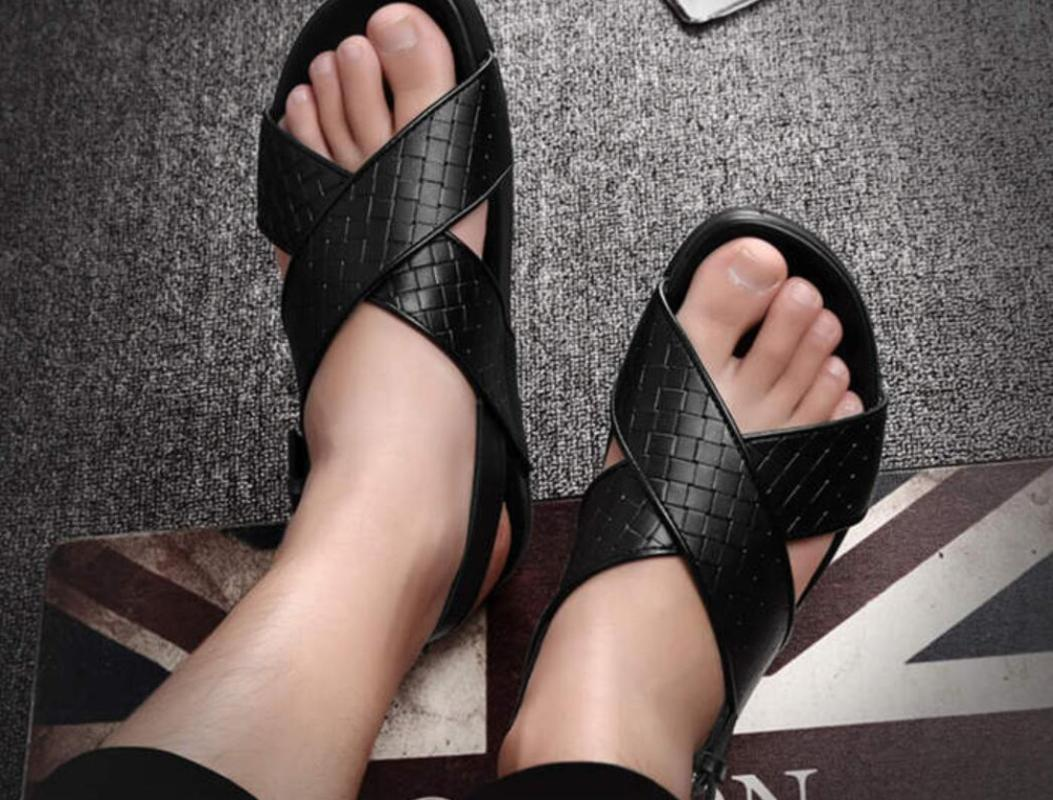 Cuero tejido Italia playa de la manera sandalias estilo punky 2020 masculino correas cruzadas Diseño negro del verano de las sandalias romanas de pisos shooes