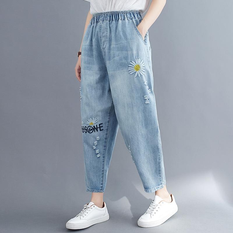 mqbuV Yaz yeni büyük boy kadın açık renk kot işlemeli yıkanmış ve pantolon elastik bel Daisy işlemeli kadın pantolonunu kırpılmış